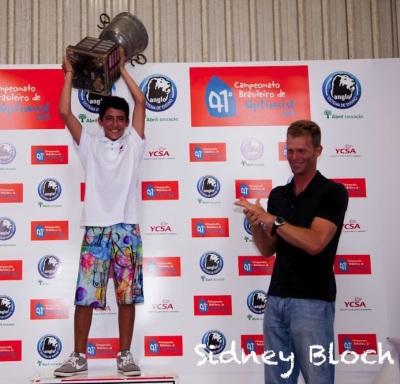 Pedro recebe o troféu das mãos de Robert Scheidt no Campeonato de janeiro de 2013 em São Paulo